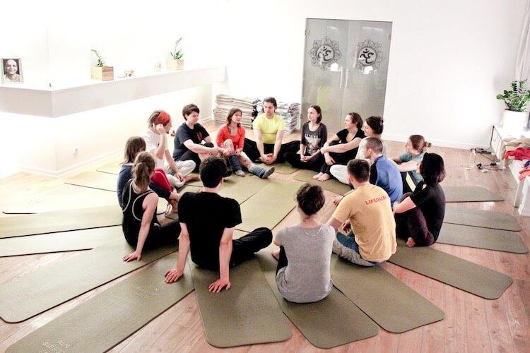 yoga-teambuilding.jpg